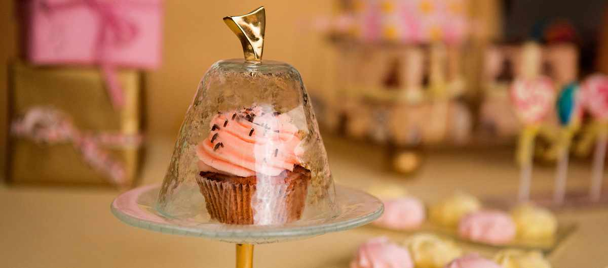Candy Buffet high tea stand Master the art with the help of the Truffle two tier cupcake stand. Truffle is exquisite with highlights of cream and splashes of light dawn blue.