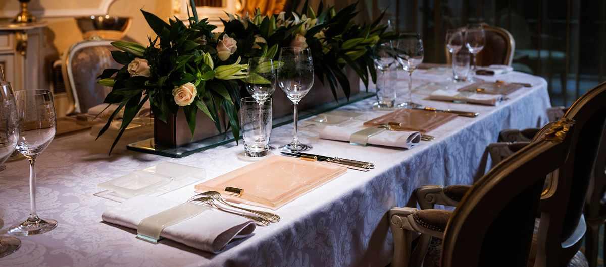 Elegant dinner sets and dinner plates, rose gold bread basket and napkin ring