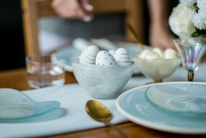 Add a touch of charm when serving ice-cream deserts! Alia is a creatively shaped small bowl, decorated in a blissful mix of light dawn blue and cream colours. Serve sorbet or ice cream - Alia is a perfect addition to your home accessories that will make every day feel like a special occasion!