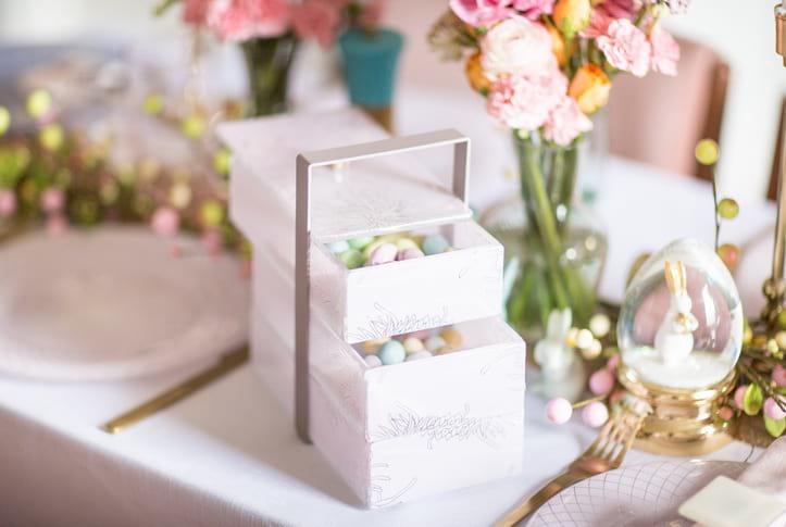 Easter Brunch Ideas - Get creative with your Easter table decor! We used the Kaly bento box as an unexpected Easter centerpiece with a fantastic result. Check out our blog for more Easter ideas for a stunning pastel table setting!